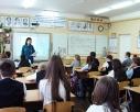 Инженер службы пожаротушения 13 отряда ФПС Краснодарского края Марина Гореная проводит выездное занятие в школе.